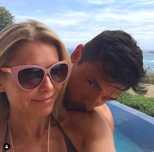 kelly-ripa-mark-consuelos-beach